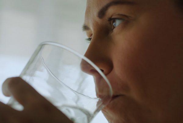 Moet je wel of geen water drinken voor het slapen?
